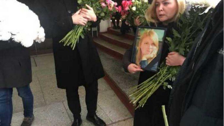 Тысячи людей и море цветов: как прощаются с Екатериной Гандзюк (фото и видео)