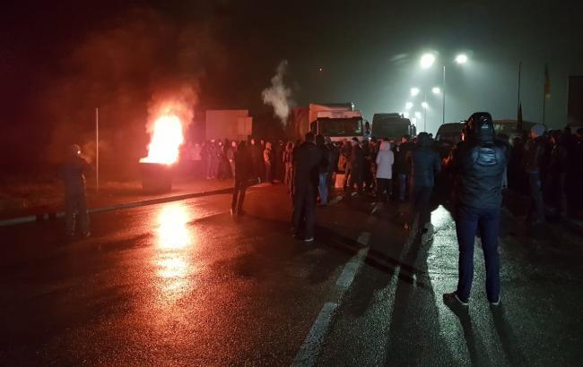 Драка, огонь и силовики: Вчера вечером на границе Украины начались беспорядки