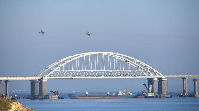 Срочно! На выходе из Керченского пролива россияне атаковали корабль ВМС Украины, есть раненые