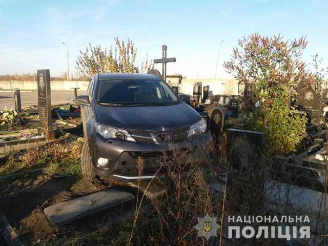 Что ты творишь, побойся бога: в Харьковской области священник внедорожником на скорости повредил десять могил на кладбище