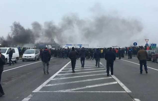 «Евробляхеры» перекрыли границу Украины: полиция приняла жесткие меры