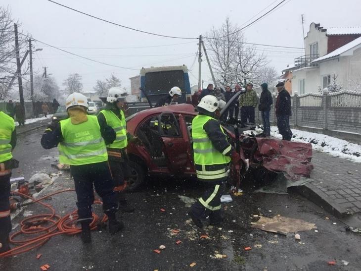 Роковая ДТП на украинской трассе: Легковушка на большой скорости врезался в пассажирский автобус, есть жертвы