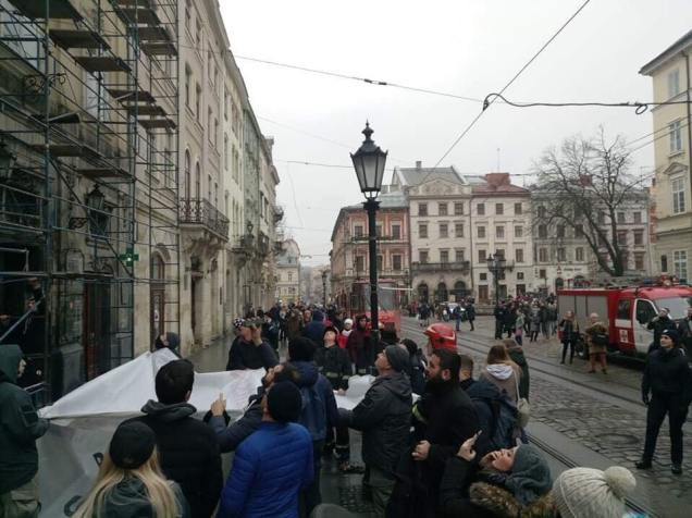 «Требует турецких полицейских»: В центре Львова иностранец пытается совершить самоубийство
