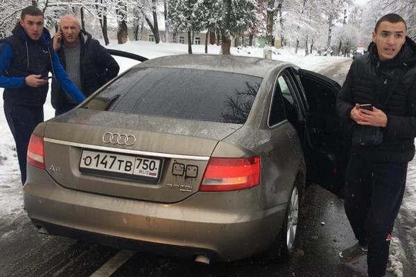 » Атошник еб * ный! »: Наглые парни на авто с российскими номерами избили воина