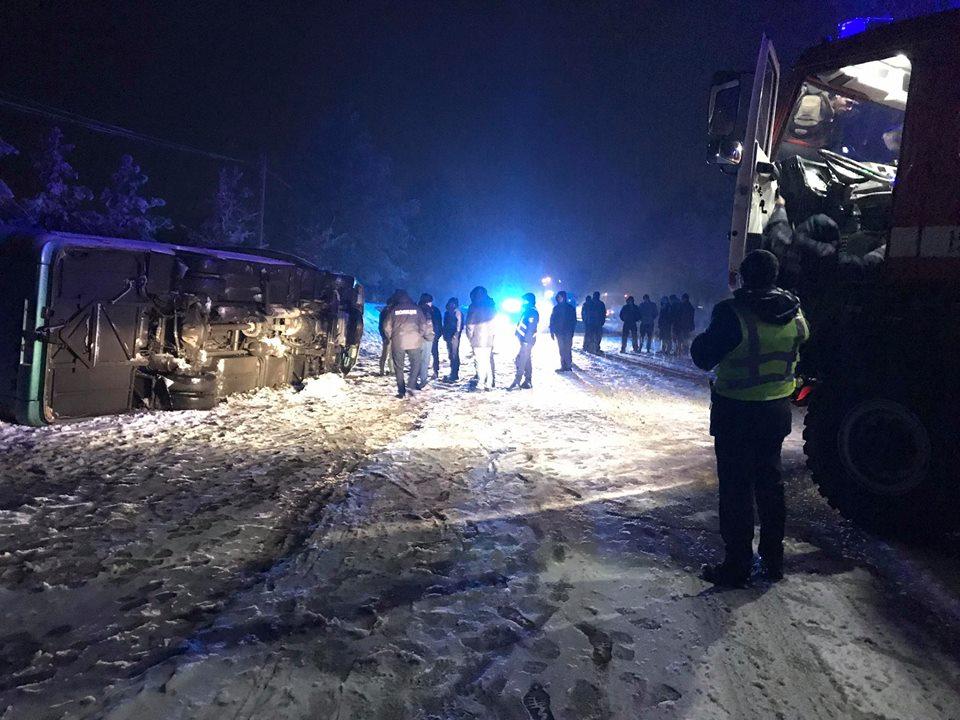 Непогода атакует: Вблизи Черновцов автобус с пассажирами перевернулся на трассе