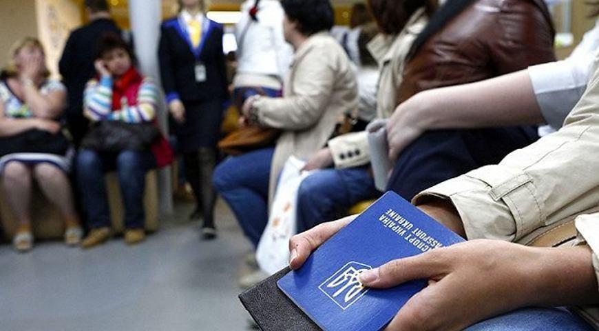 Даже если не заработали:  В заробитчан будут отнимать деньги при въезде в Украину