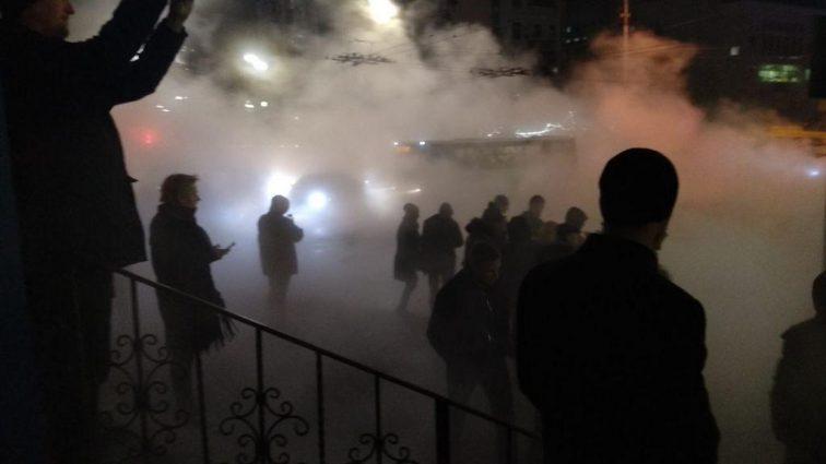 Машина с людьми провалилась в разлом в центре Киева: первые подробности жуткой ЧП