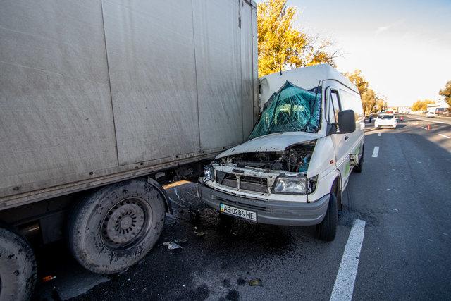 Жуткая авария в Днепре: маршрутка с пассажирами на скорости врезалась в грузовик, первые подробности