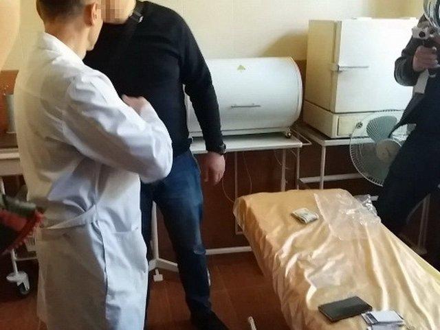 Требовал 4 тысячи долларов: в Виннице на взятке поймали врача