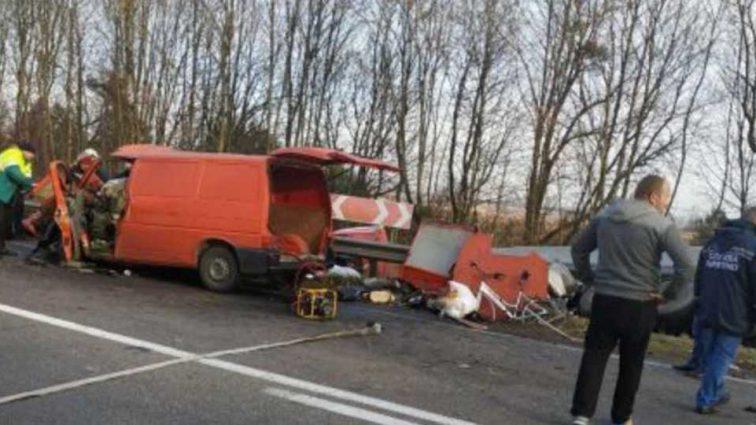 Грузовик на полном ходу открыла микроавтобус: жуткая авария унесла три человеческих жизни