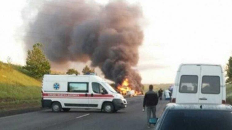 Смертельное ДТП на украинской трассе: произошло ужасное столкновение автомобилей с возгоранием, есть погибшие