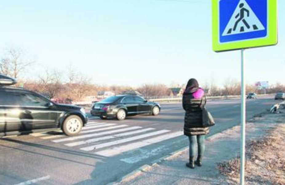 На восьмом месяце: пьяный водитель сбил на обочине беременную женщину с ребенком