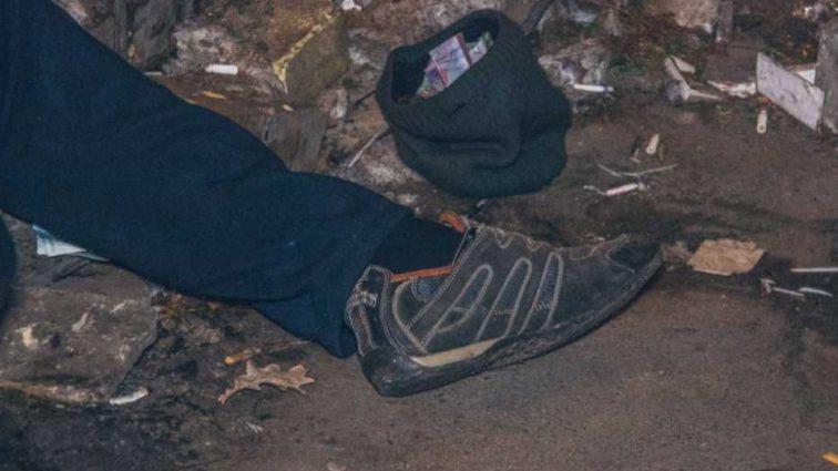 Прилично одетый и с деньгами: у столичного метро нашли труп мужчины