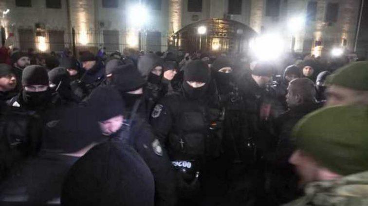 Акция под посольством РФ в Киеве: между протестующими и полицейскими произошли столкновения