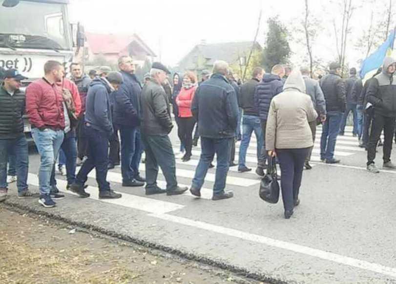 Жители городка на Львовщине вторые сутки перекрывают международную трассу: что требуют