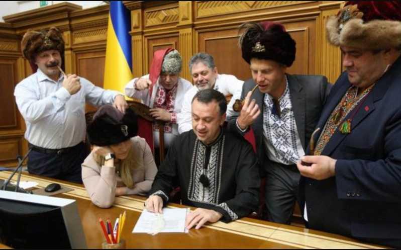 «Д * уни сравнили себя с великими воинами»: Украинцы подняли на смех маскарад в Раде