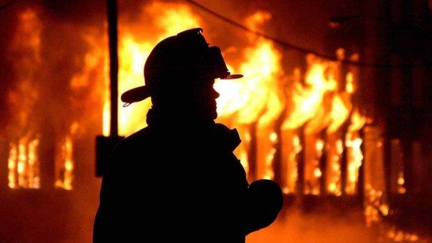 Спасают имущество и парализованных ужасом людей: В Керчи произошло крупный пожар, первые подробности