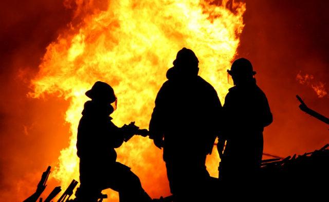 Огонь охватил элитную многоэтажку в Киеве: первые подробности и кадры ЧП