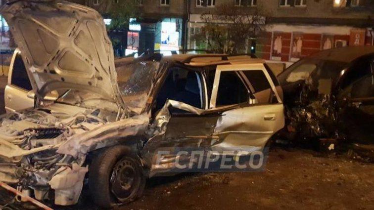Автомобиль завис над пропастью: в Киеве произошла ужасная тройная ДТП
