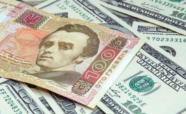 Военное положение: украинцы в панике массово скупают доллары и опустошают банкоматы