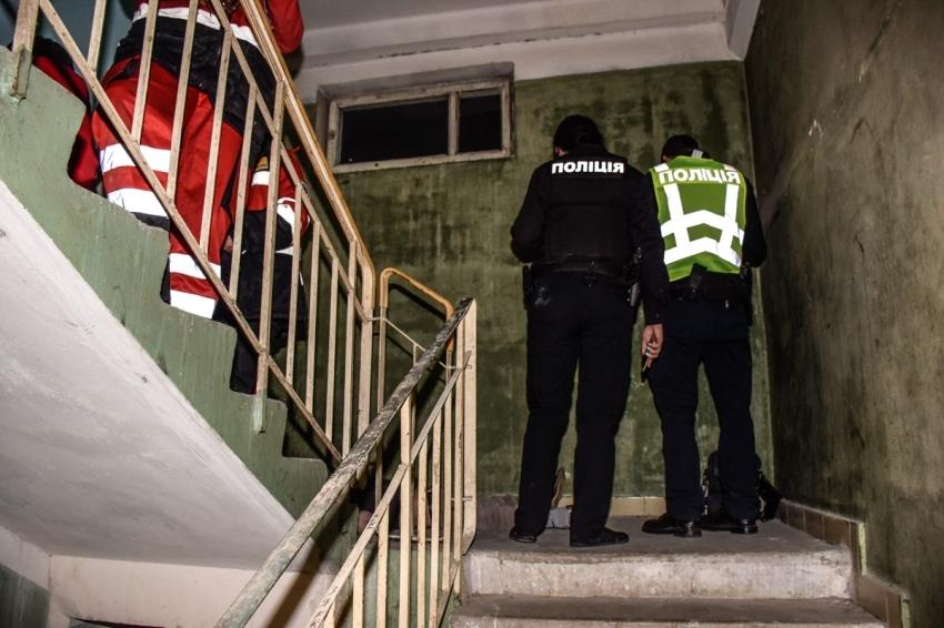 Зрелище не для слабонервных: киевлянка нашла под дверью окровавленный труп