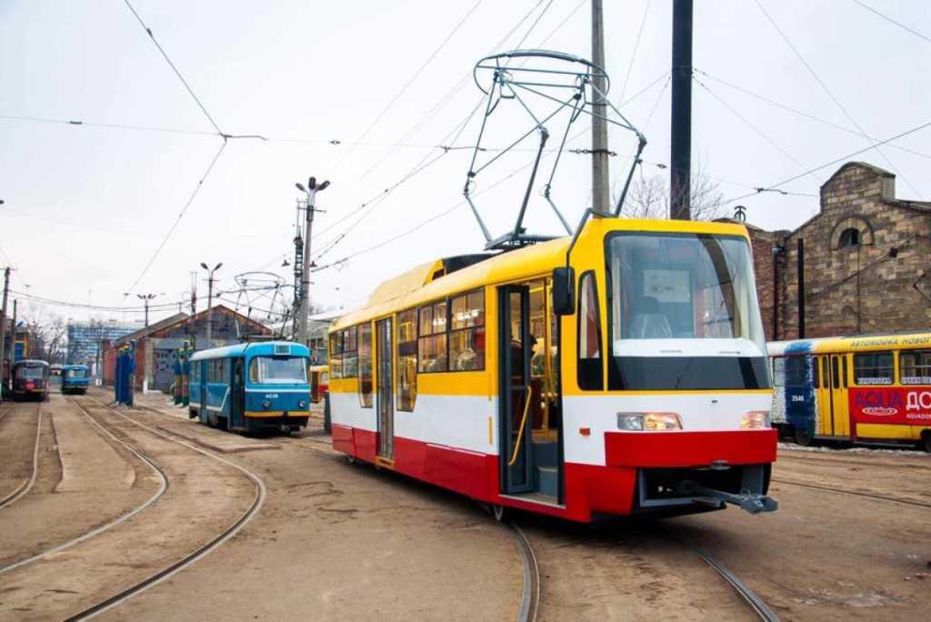 Тазик и нижнее белье: украинка устроила «большую стирку» в трамвае, появились кадры