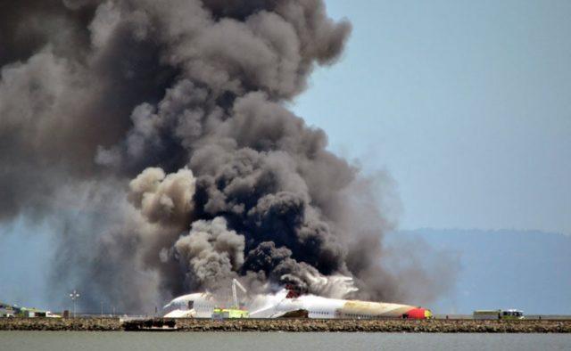 Самолет упал на жилые дома, есть жертвы: первые подробности трагедии