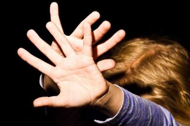 Пугал что порежет на кусочки, если расскажет матери: В Запорожской области отец изнасиловал 7-летнюю дочь