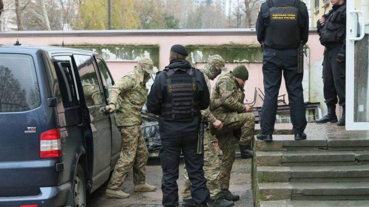 Хотят выбить признание! Как держатся украинские моряки в российском плену: подробности из СИЗО