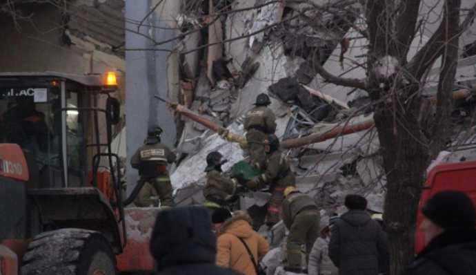 Спасатели вытаскивают тела жертв из-под завалов В жилом доме прогремел мощный взрыв, первые подробности трагедии