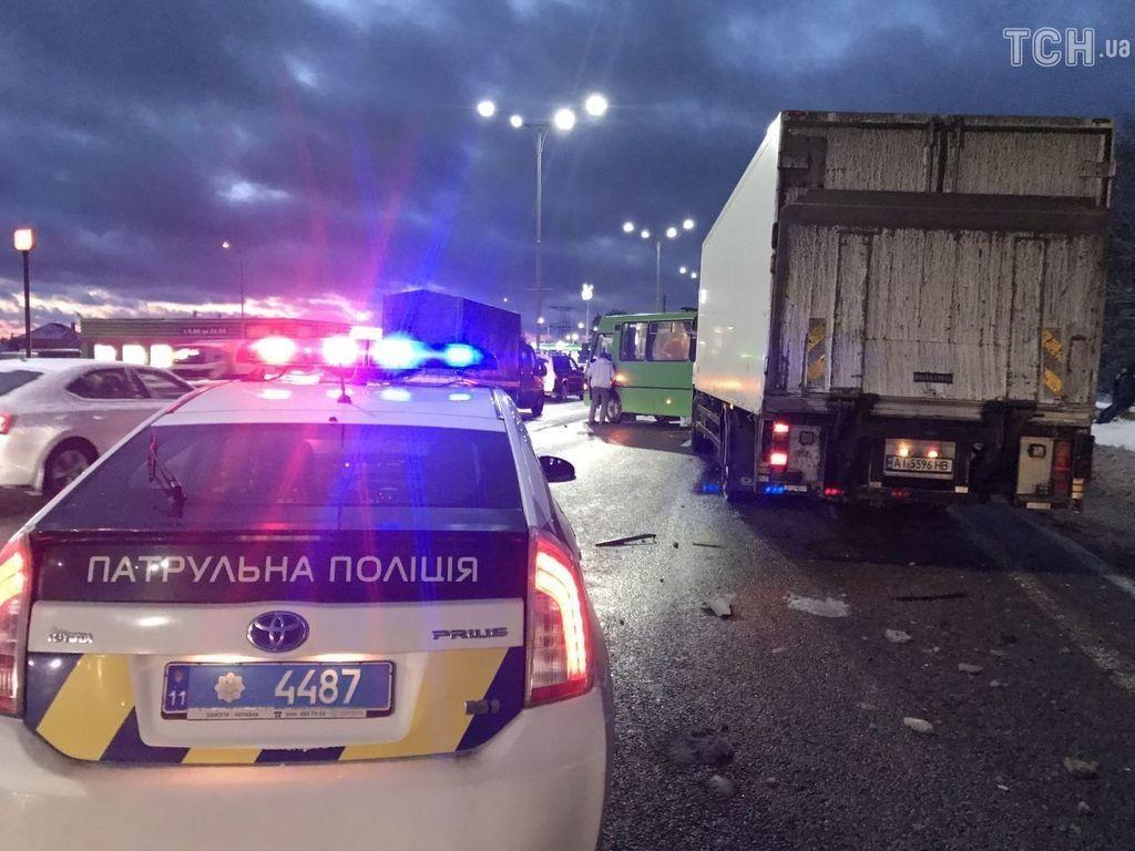 Под Киевом грузовик протаранил маршрутку с людьми, есть жертвы