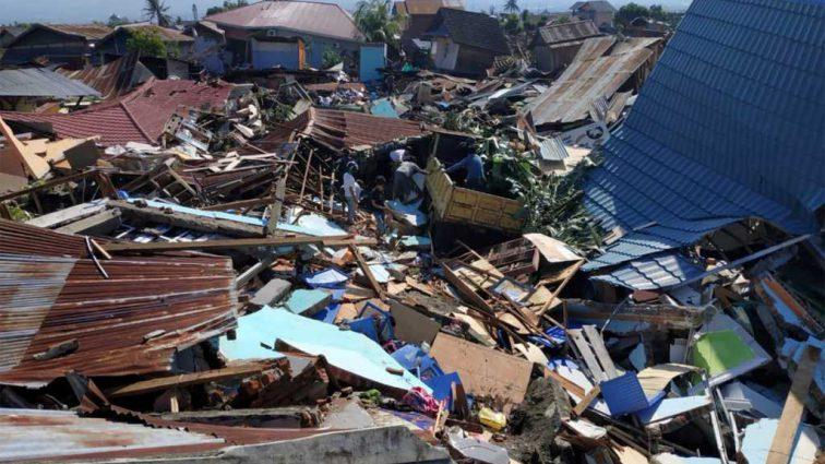 Мощное цунами уничтожило город с людьми: количество жертв растет с каждым часом