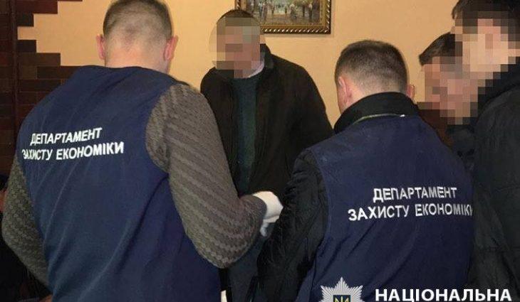 Требовал 32 тысячи гривен: В Франковской области на взятке поймали влиятельного чиновника