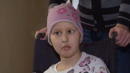 На ее руках уже не оставалось живого места: помогите маленькой Насти преодолеть болезнь