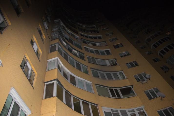 До утра не дожила: В Харькове школьница выпала из окна многоэтажки
