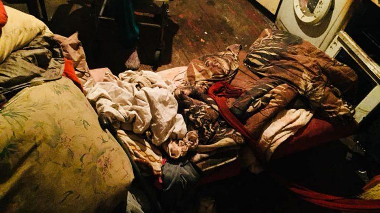 «Спят на полу, еще и еды нет»: Во Львове 9-летняя девочка живет в нечеловеческих условиях