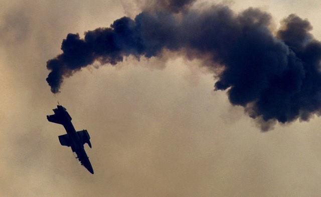 Тела людей нашли уже на земле: Пассажирский самолет исчез с радаров в воздухе, первые подробности и кадры трагедии