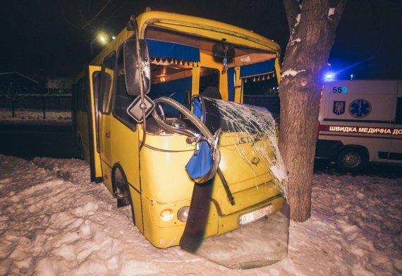 Роковая авария в Киеве: маршрутка с пассажирами сбила пешехода и влетела в дерево, первые подробности