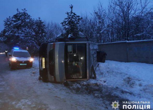 Несчастье на украинской трассе: перевернулся автобус с 30 пассажирами