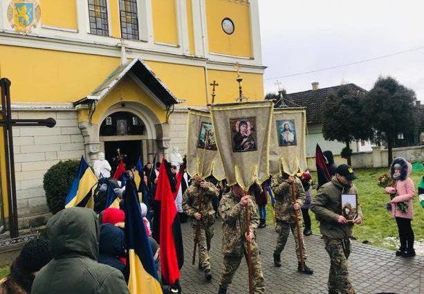 «С женой прошел Иловайск и Дебальцево»: Погибшего от вражеской пули бойца в «последний путь» провожали на коленях
