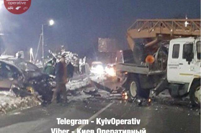 Зрелище не для слабонервных: Под Киевом столкнулись автомобиль и кран, есть жертвы