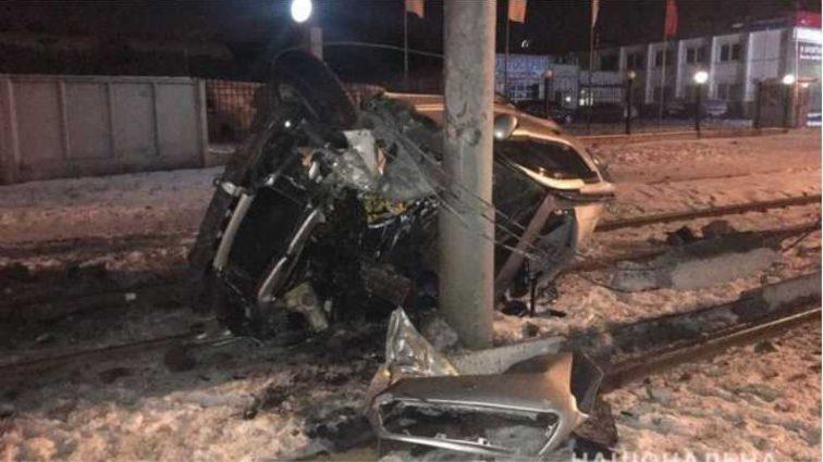 Зрелище не для слабонервных: девушка за рулем дорогой иномарки протаранил столб