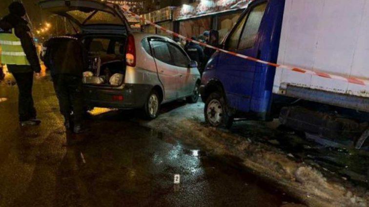 Лежал в луже крови: мужчину нашли у авто расстрелянным