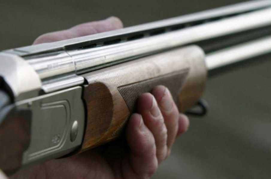 Напился и не удержался: пьяный мужчина из ружья выстрелил в 15-летнего парня