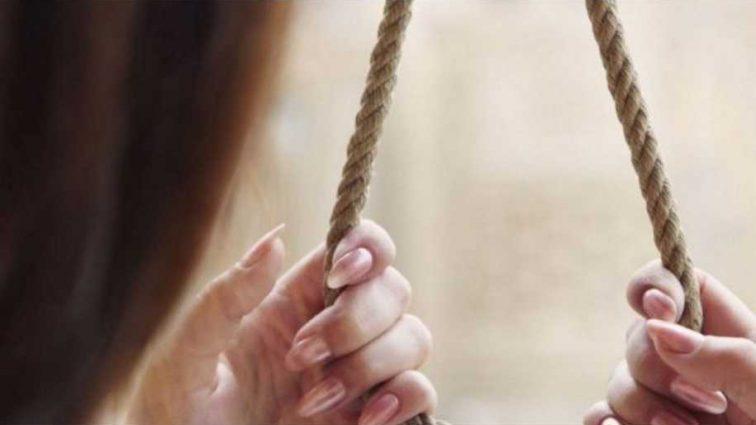 Сделала себе петлю с шнурка: нотариус повесилась в собственном кабинете, всплыли жуткие обстоятельства