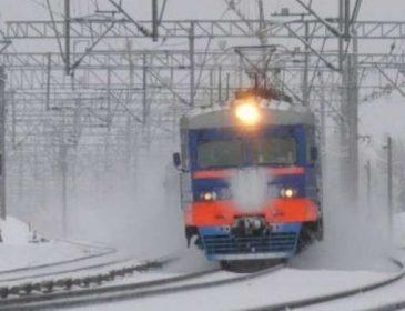 Избежать трагедии не удалось: поезд раздавил мужчину, который лежал на рельсах