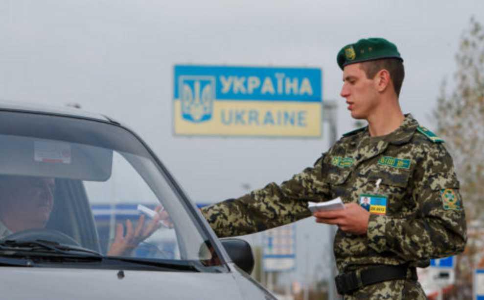 «Новогодние праздники под угрозой»: Украинские не пускают за границу