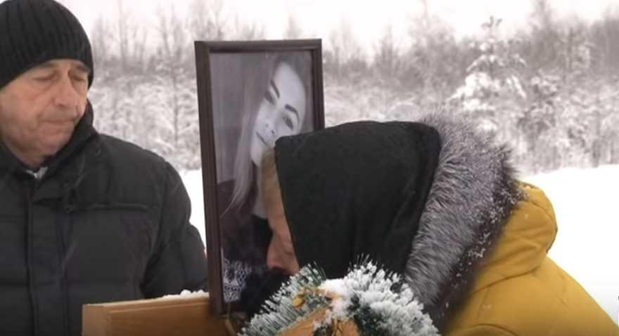 «Даже в метель мать приходит на кладбище»: Женщина в одну ночь потеряла дочь и нерожденную внучку