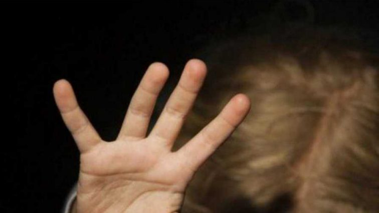 «Насиловал, избивал, выдергивал волосы на голове»: Мужчина жестоко издевался над ребенком, а мать просто молчала