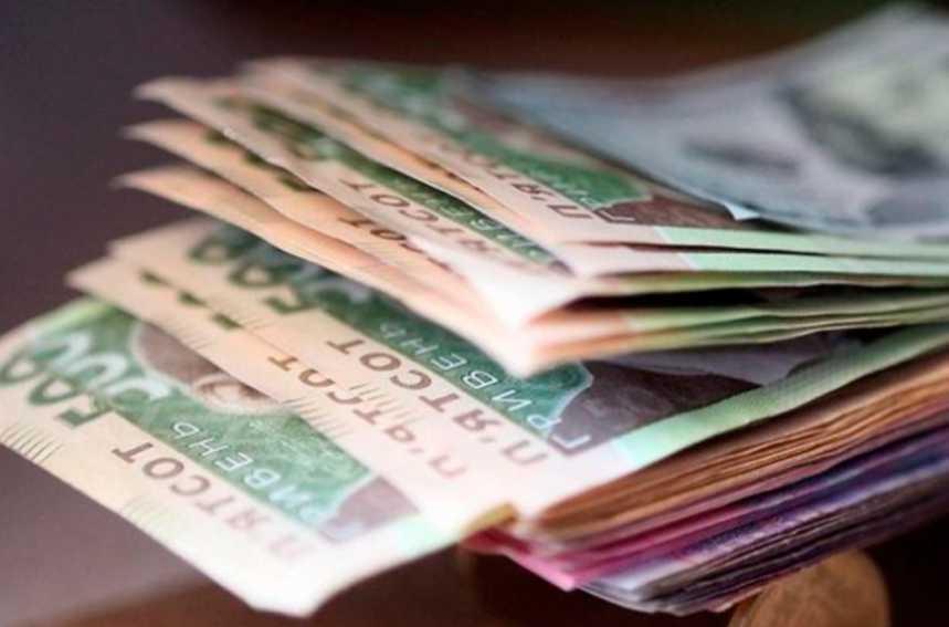 Средняя зарплата в Украине выросла: кому повезло больше